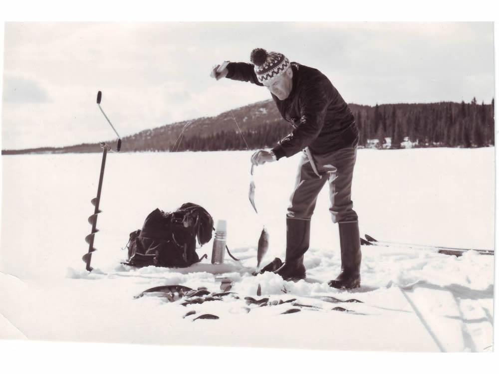 Пааво Корпуа тестирует блесны на зимней рыбалке