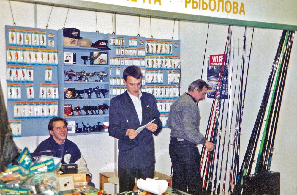 Я на рыболовной выставке в 1993 г. в Санкт-Петербурге. Можно сказать, первая презентация «Куусамо» в России