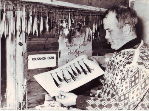Пааво Корпуа с первым воблером «Киткан Виисас» на первой фабрике в 1967 году