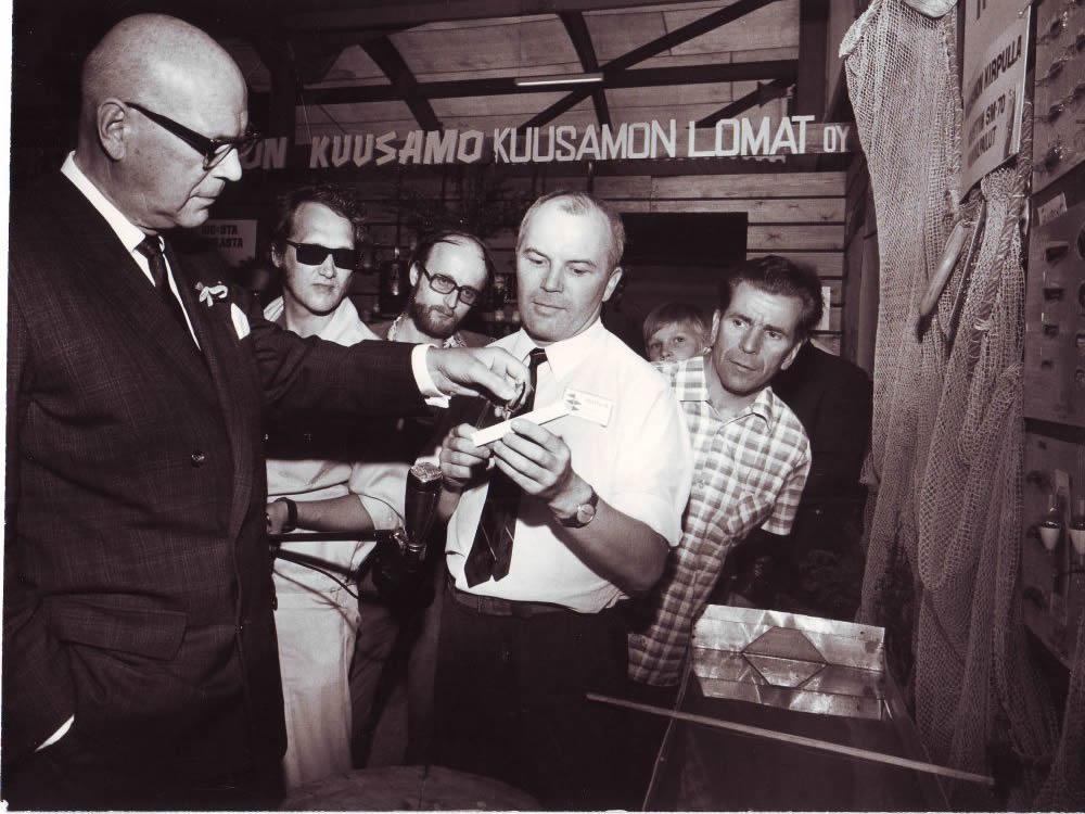 Заядлый рыболов, президент Финляндии Урхо Калева Кекконен у стенда «Куусамо»