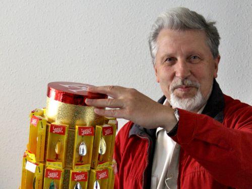 Янис Стикутс с комплектом блесен Lucky John, подаренных ему по случаю 20-летия бренда