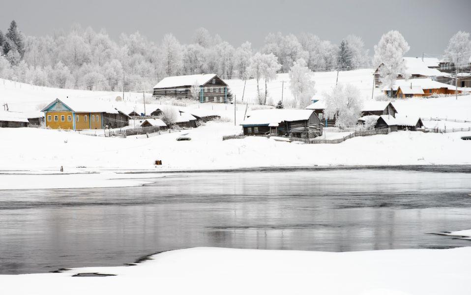Какие-то участки реки не покрываются льдом из-за быстрого течения, облегчая установку вьюнниц