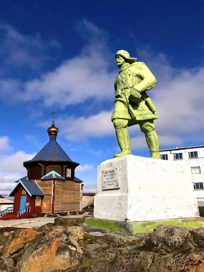 В постаменте памятника исследователю Севера Никифору Бегичеву замурован его прах