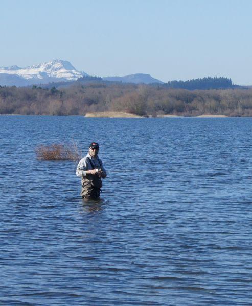 Наш гид Хосе Фернандес не опасается долго стоять в холодной воде