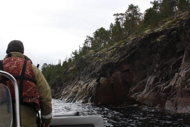 Если не знаем конкретных мест, ищем отвесно уходящие в воду скалы