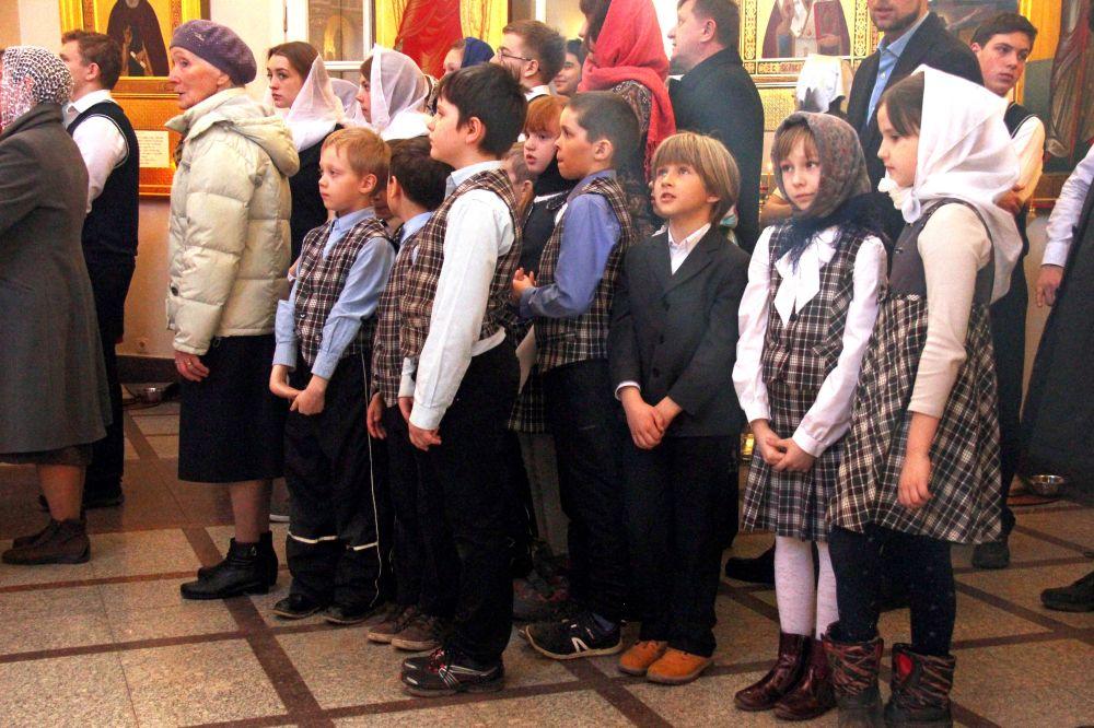 Дети из местной начальной школы в храме