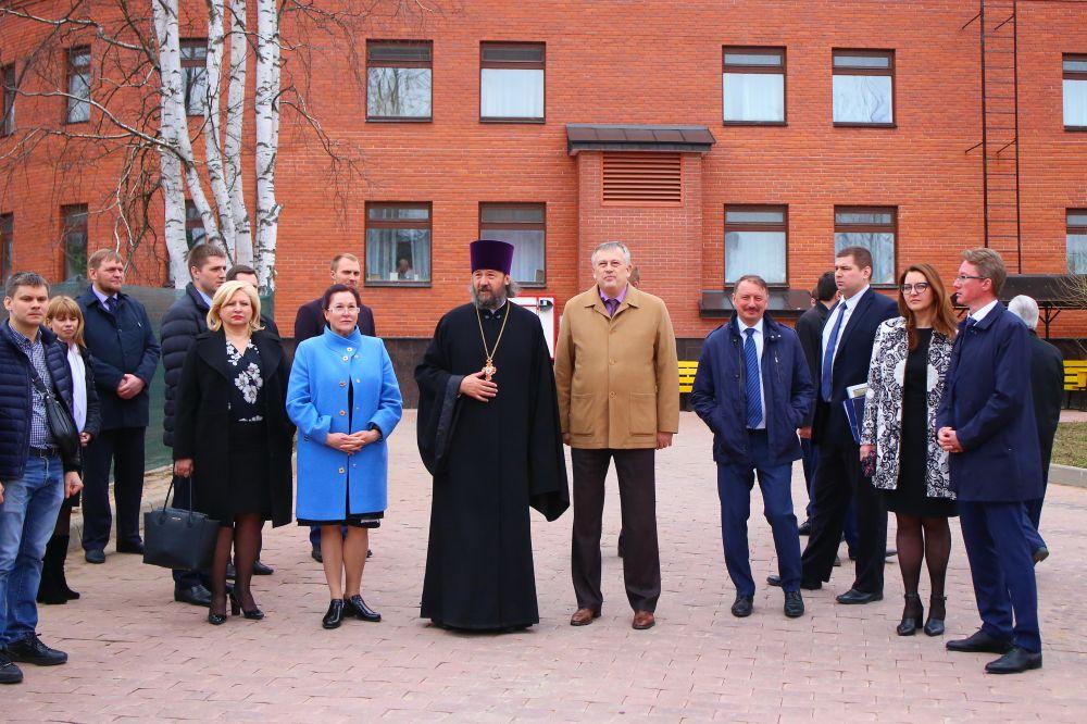 В центре настоятель протоиерей Лев Нерода, справа от него - губернатор ЛО А. Дрозденко
