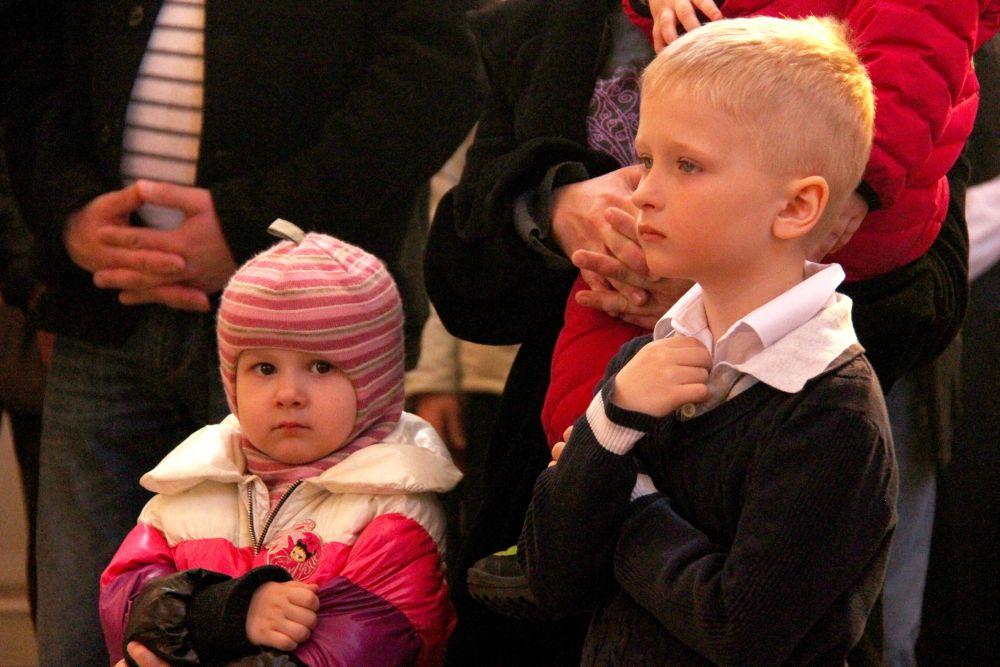Дети в храме перед причастием