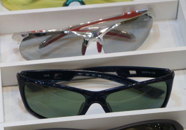 Верхние очки - это почти 100% поляризации при минимальном затемнении