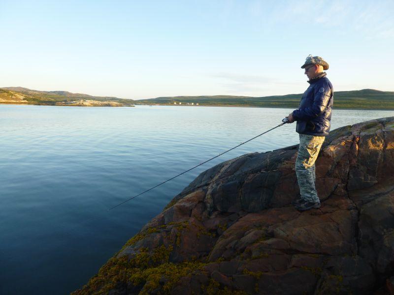 С прибрежного валуна удобно искать рыбу