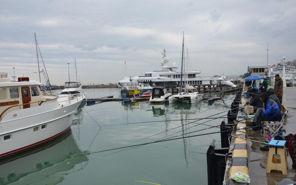 Ловля «чуларки» в Сочинском морском порту – популярное занятие местных рыбаков