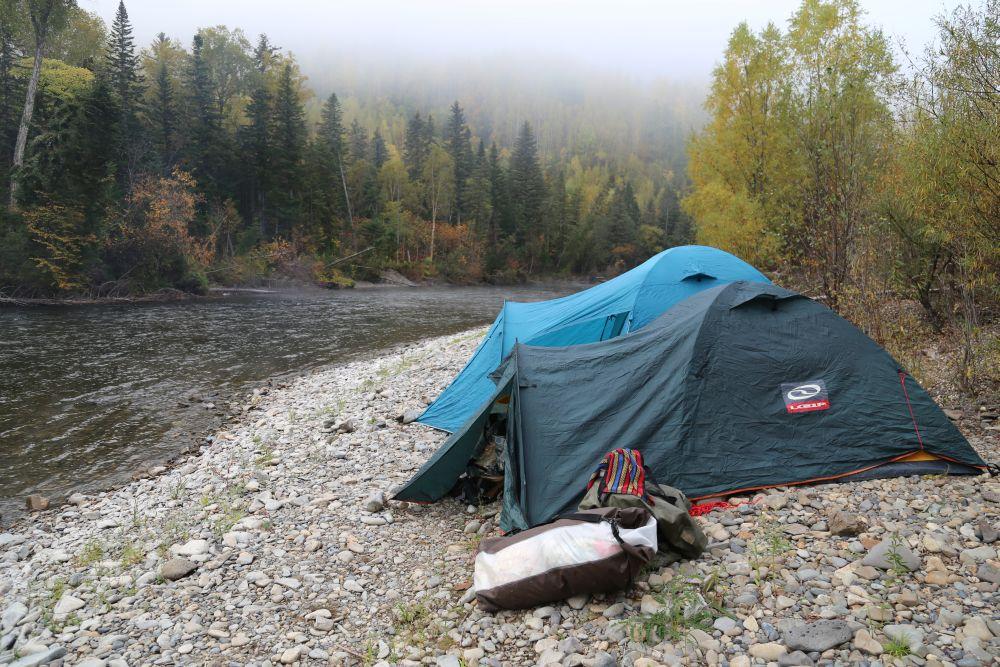 Под мерный шум реки хорошо спится перед ночной рыбалкой