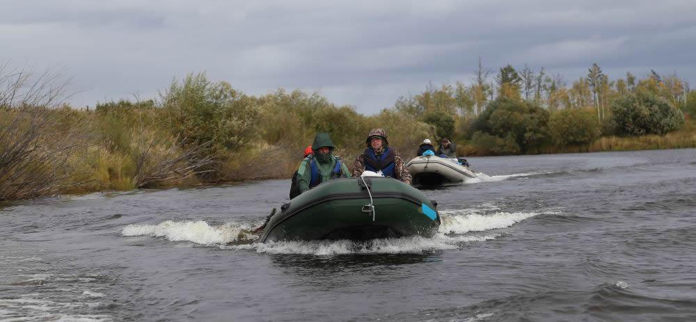 По берегу до нужных мест не пройти, можно только на лодке