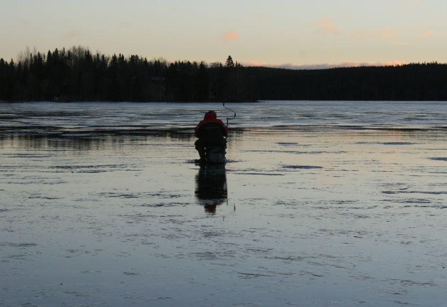 Во время активного таяния снега нужно контролировать толщину льда и возможные проталины