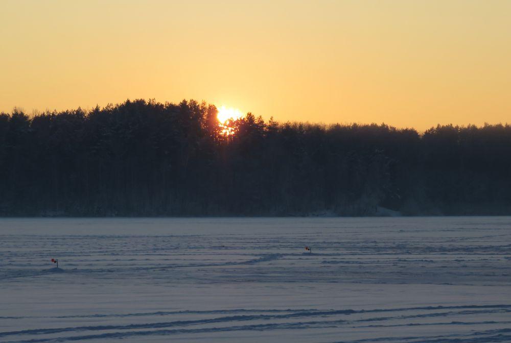Солнце садится за горизонт - в предвкушении последних поклевок