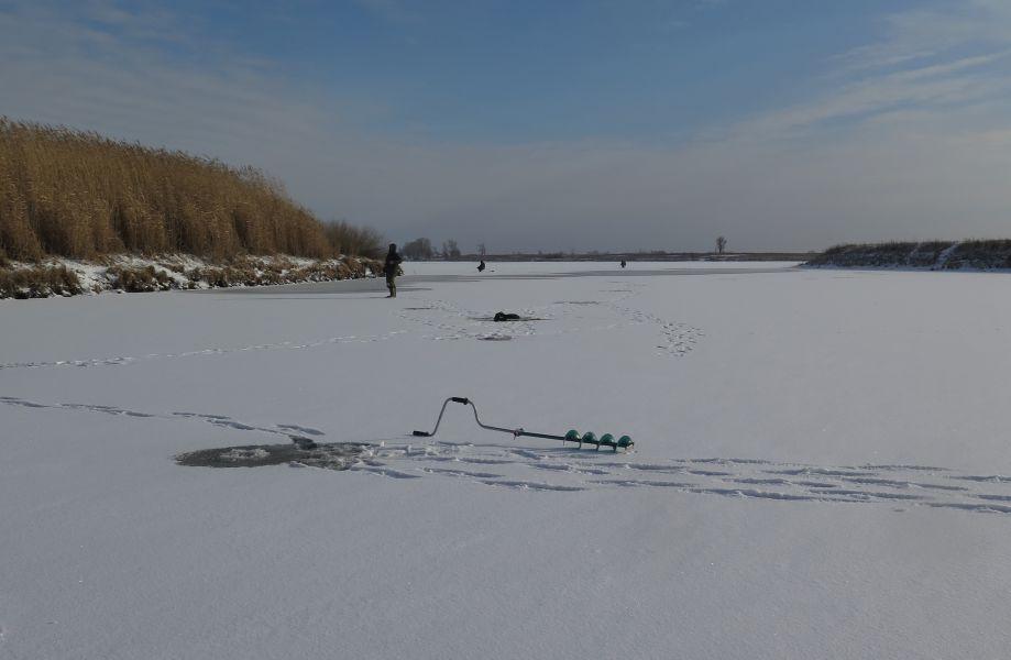 Лунки - по краю ямы. Чуть глубже – лед уже трещит