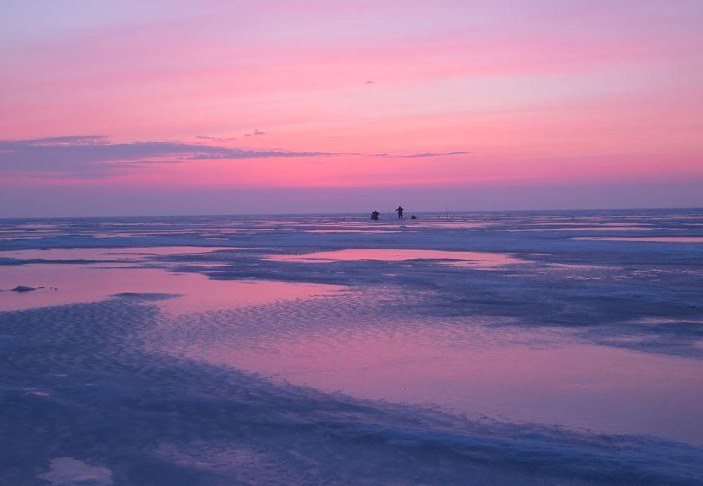 Как бы рано я ни приезжал на водохранилище – на льду уже кто-то ловит рыбу