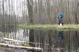 Весенний поплавок на речных мелководьях