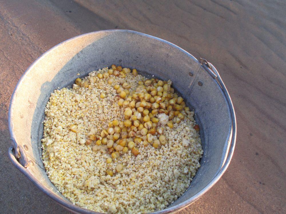 Если поклевки следуют часто, можно подмешать в прикорм дополнительную порцию кукурузы