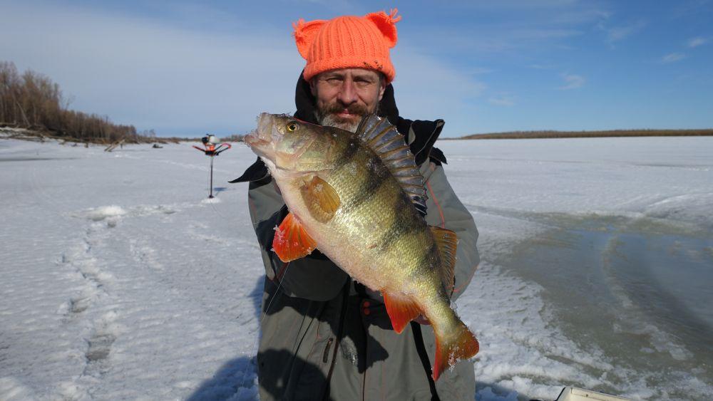 Когда надо сверлить речной сибирский лед, о ручных бурах даже думать тошно
