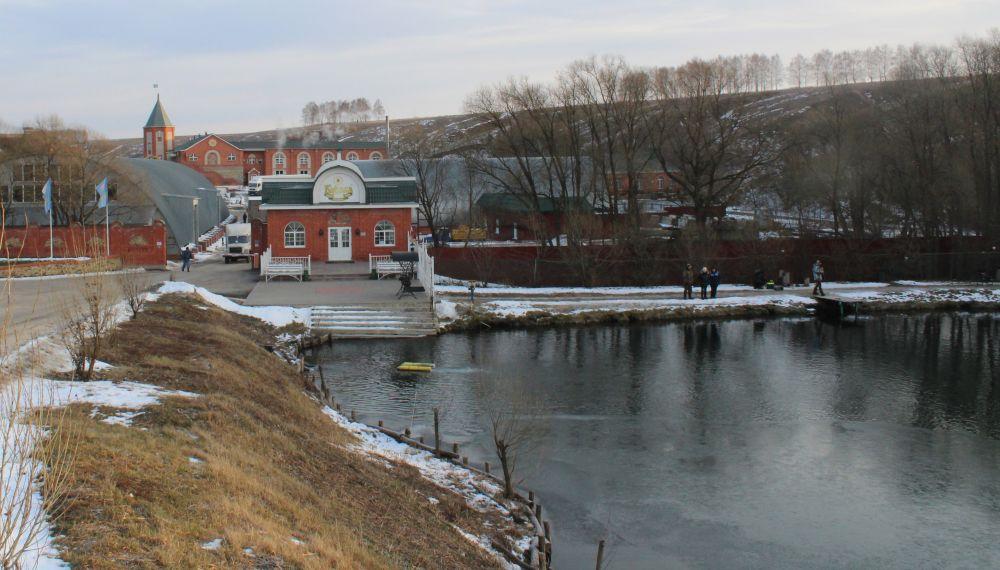 С высоты видно, как большая часть пруда покрылась льдом. Спиннингистам приходится довольствоваться малым