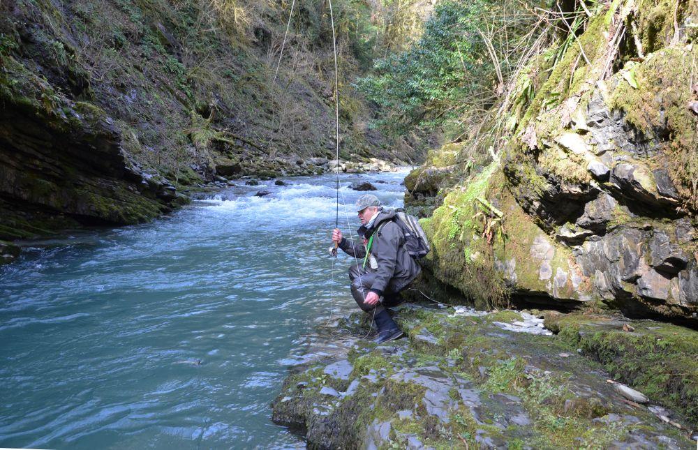 Не везде можно легко взять в руки утомленную вываживанием рыбу
