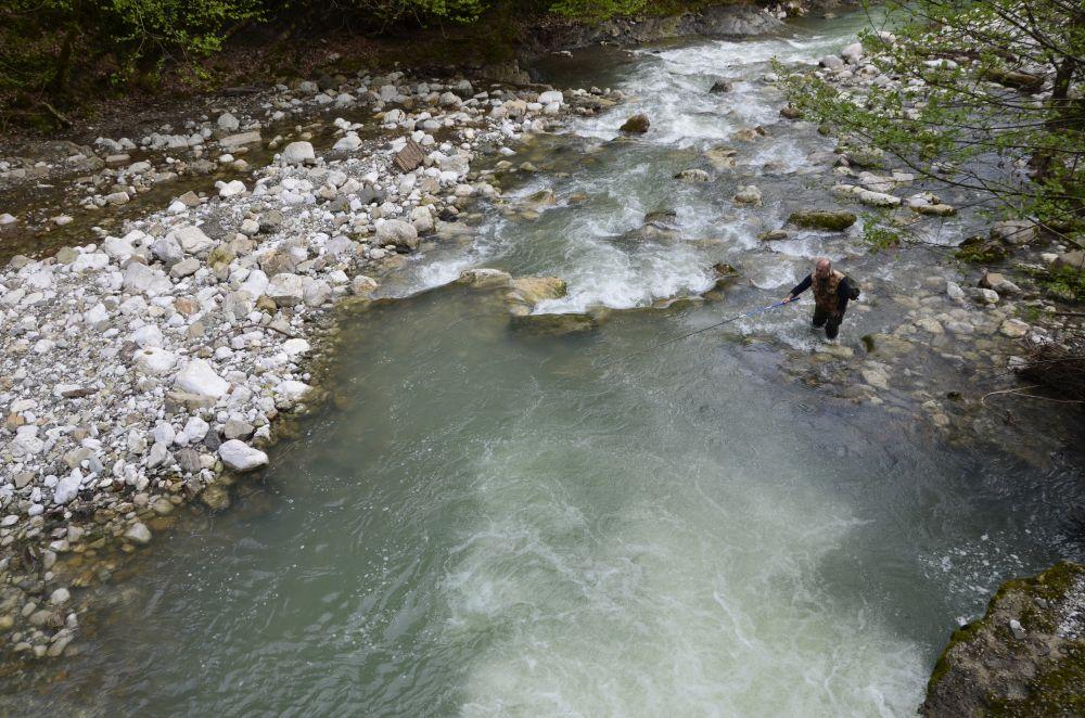 При забросе против течения у форели меньше шансов увидеть силуэт рыбака