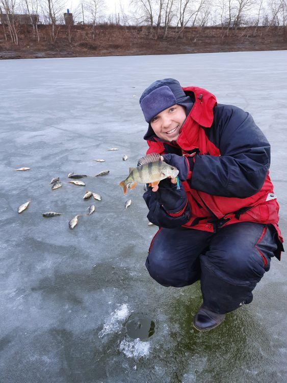 Мы нашли водоем с приличным ледовым покрытием