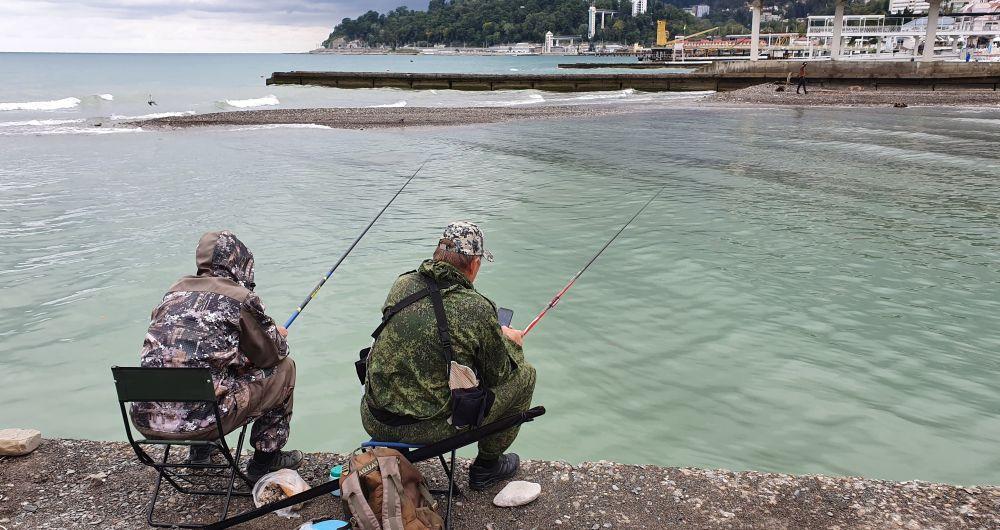 Местные рыбаки ловят кефаль в устье реки Хоста
