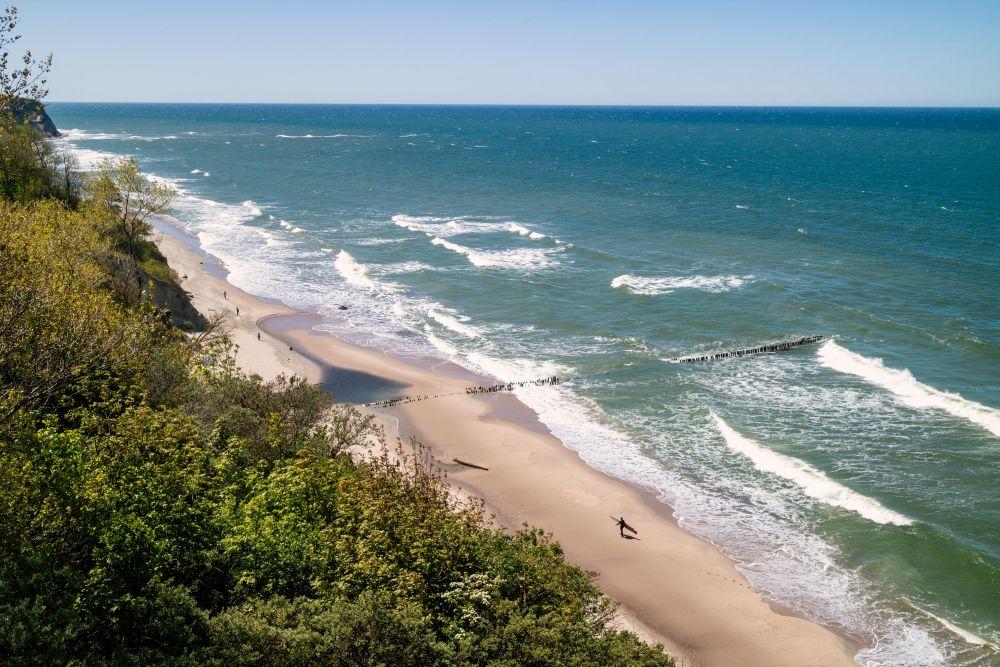 На берегу Балтийского моря во множестве находят янтарь