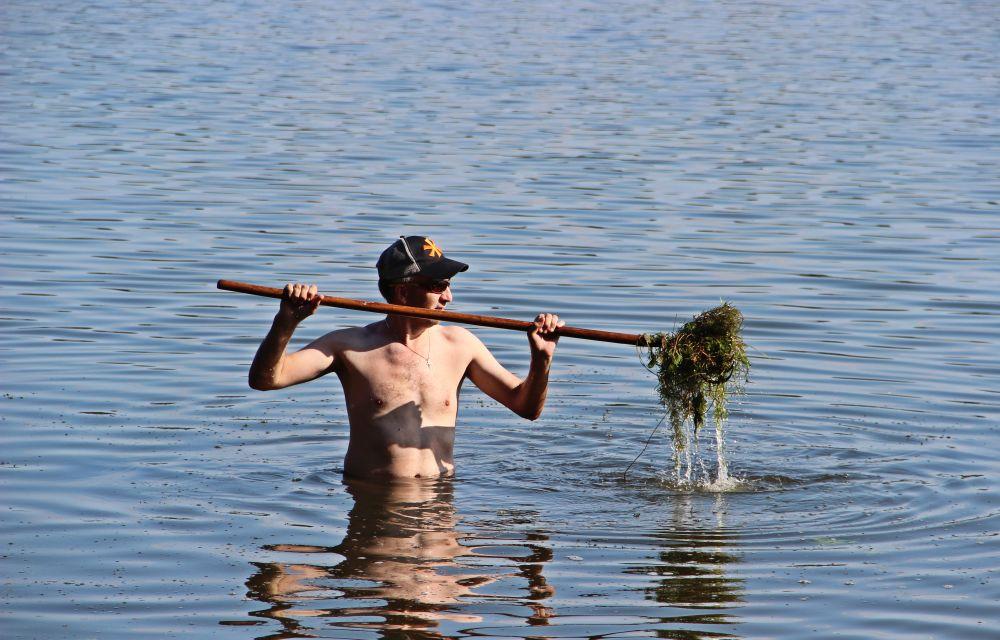 Не ленитесь вычищать граблями «коридоры» в подводной траве для последующего вываживания по ним рыб