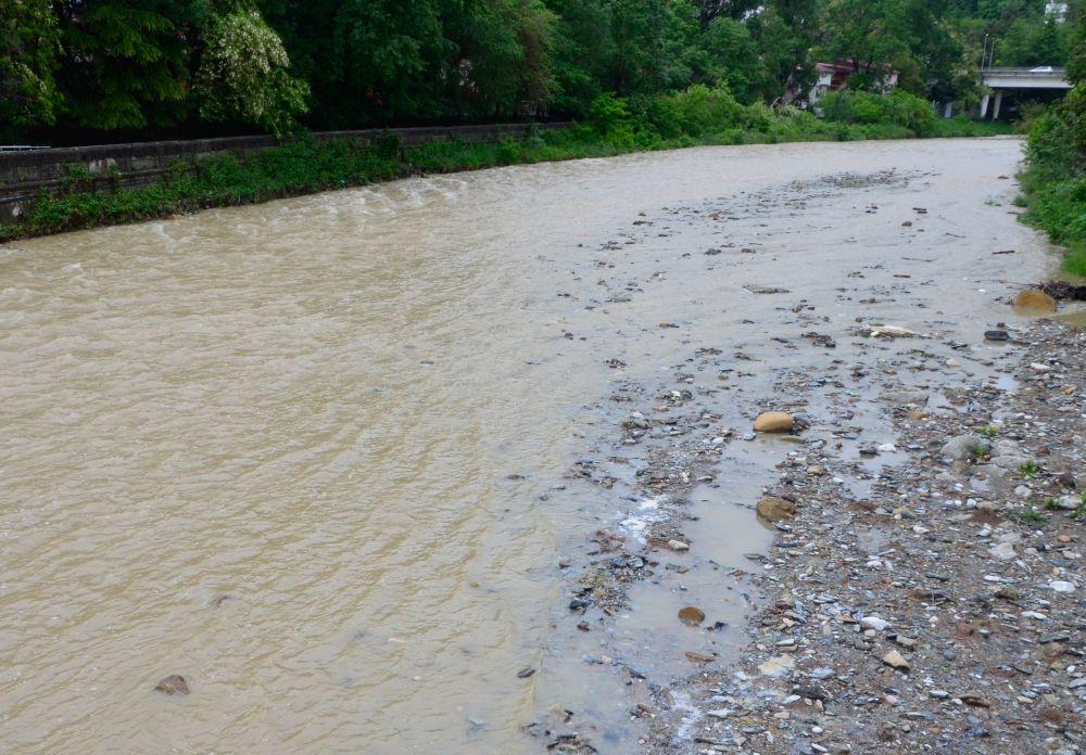 После дождей в горах вода становится настолько мутной, что рыбалку лучше не начинать